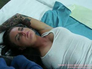Грабитель залил густой спермой спящую красотку в чужом доме