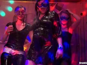 В ночном клубе толпа девушек в масках занимаются сексом с мужиками
