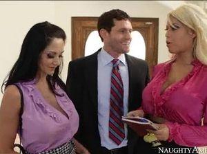Начальник в кабинете долбит двух соблазнительных секретарш