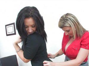 Сисястая начальница занимается сексом со своей соблазнительной секретаршей на столе