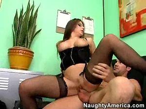 Секретарша с большой грудью отдается брюнету в  бритую киску