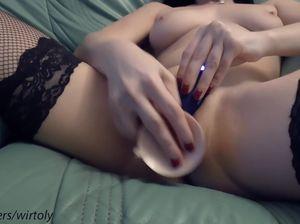 Милая хохлушка в черных чулках мастурбирует киску с помощью фаллоимитатора
