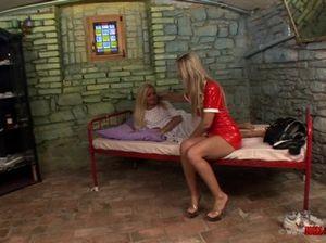 Блондинка медсестра облизывает киску своей сладкой пациентки в больнице