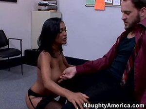 Сексуальная секретарша брюнетка сосет член и прыгает на нём сверху