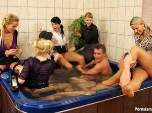 В джакузи грудастые женщины получают удовольствие с молодыми парнями