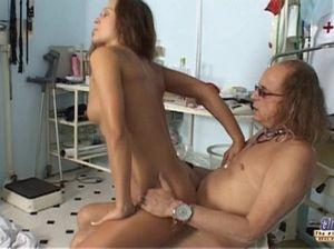 Волосатый зрелый врач соблазнил на секс молодую пациентку