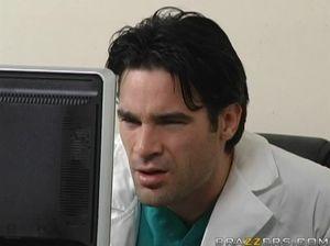 Симпатичный молодой доктор трахает пациентку с большими сиськами
