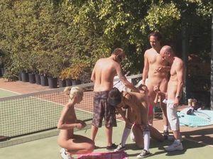 Развратные свингеры устроили групповуху на теннисном корте
