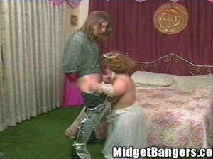 Длинноволосый большой парень грубо трахает карлицу невесту