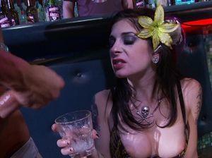 Групповой оральный секс с неформалкой на закрытой вечеринке