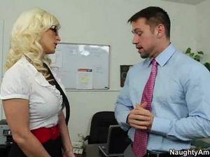 Озабоченный молодой шеф трахнул секретаршу с красивой грудью