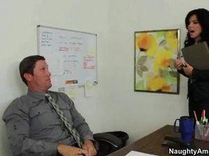 Зрелый похотливый шеф качественно трахает секретаршу в офисе