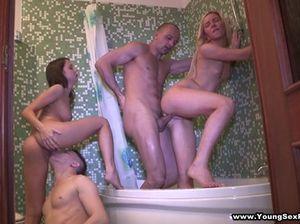 Разгоряченные студенты занялись групповым МЖМЖ сексом в ванной