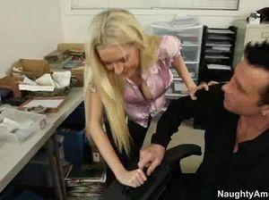 Светленькая большегрудая секретарша шпилится с боссом на полу
