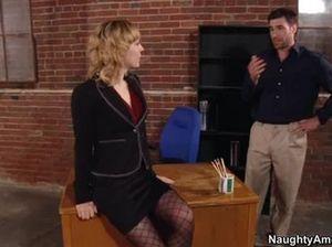 Настойчивый начальник порвал колготки и трахнул секретаршу