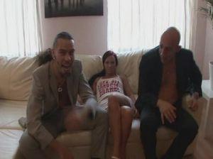 Два грубых мужика жестко трахают на вечеринке легкомысленную телку