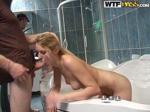Парень трахнул в ванной одногруппницу на студенческой вечеринке
