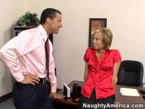 Недовольный начальник жестко отымел секретаршу в попу после работы