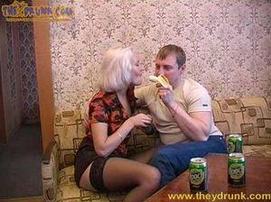 Похотливый русский кобель Гена напоил и трахнул блондинку Эльвиру
