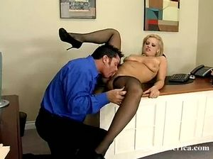 Гламурный начальник трахнул секретаршу в чулках на столе