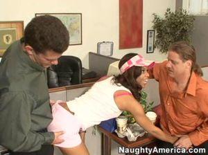 Темнокожую секретаршу трахают в офисе двое настойчивых коллег