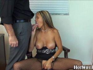 Грудастая секретарша дрочит хуй начальника и сосет его