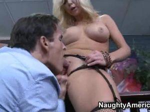 Блондинка секретарша с круглыми сиськами отдается шефу в кабинете
