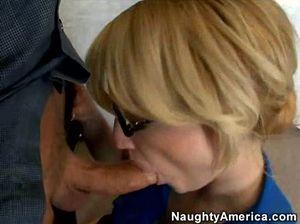 Смуглый парень долбит пизду зрелой секретарши в черных чулочках
