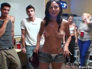 Молоденькая студентка ебется с пацанами на вечеринке в общаге