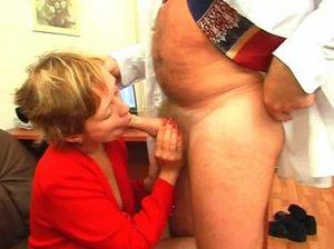 Толстый начальник долбит киску секретарши с короткой стрижкой