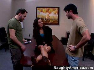 Перевозбужденные мужики на столе долбят интересную секретаршу