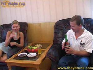 Пьяная русская девушка с маленькой грудью раздвинула ноги перед соседом