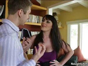 На рабочем месте брюнетка с большой грудью отдается симпатичному начальнику