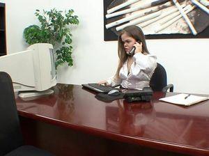Секретарша лилипутка на столе занимается сексом со своим начальником