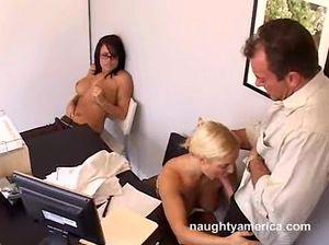 Везучий мужик трахает двух классных секретарш прямо на столе