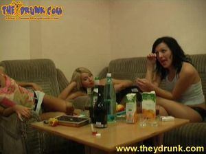 Пьяные русские лесбиянки устроили горячий секс на полу