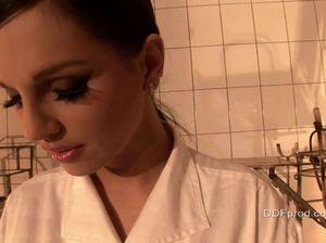 Классная медсестра доминирует над пациенткой и делает ей клизму