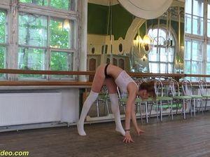 Молодая стройная гимнастка раздевается полностью и принимается сосать член