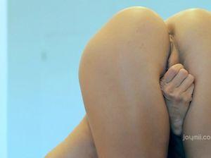 Голая гимнастка без трусов мастурбирует киску с выступающими половыми губками