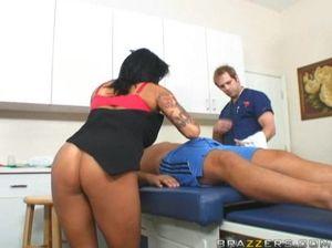 Сногсшибательная медсестра с большими дойками попрыгала на хую