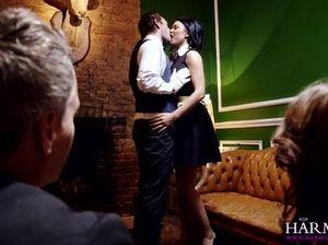 Красивые грудастые девушки с пирсингом на кисках занимаются групповым сексом с богатыми мужиками