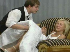 Изумительная русская невеста сосёт член жениха и отдается ему в киску