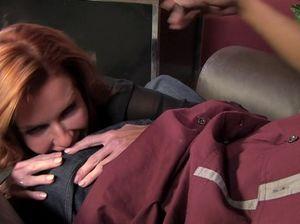 Рыжая секретарша на рабочем месте занялась сексом с негром и получила оргазм