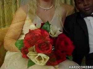 Горячая белая невеста с криками прыгает на черном члене своего жениха