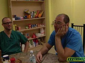 Два доктора в палате долбят молодую красивую пациентку