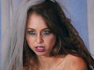Необузданная невеста мастурбирует свою пилотку при помощи чёрного дилдо