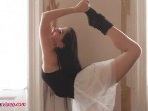 Молоденькая стройная гимнастка разделась и стала сосать член парня