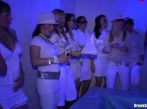 Тёлочки в белых платьях во время секс вечеринки сосут концы парней