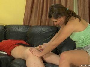 Пьяная женщина страпонит в попу молодого парня на диване