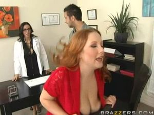 Пациент занимается сексом втроем с красивыми грудастыми медсестрами
